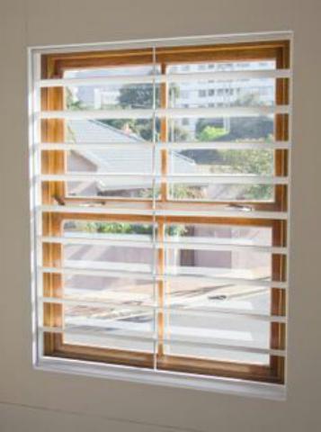 حفاظ پنجره سفید
